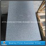 Pedra cinzenta escura inflamada do granito de G654 Padang para pavimentar/jardim