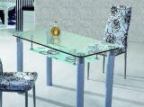 テーブルの上の緩和されたガラス