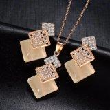 Insieme Pendant dei monili dell'oro della collana lunga geometrica di colore