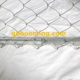 電流を通された鉄のチェーン・リンクの網の塀
