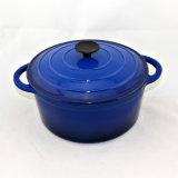 鍋を調理する赤く黒く青い鋳鉄のカセロールの一見