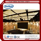 白い四角の端のガラス繊維の音響の天井のタイル