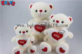 Knuddeliger Bär spielt weichster Plüsch-materiellen Teddybären mit rotem Liebes-Inner-Kissen