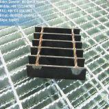 Grille en acier noire avec les panneaux discordants normaux