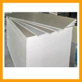 Les plaques de plâtre avec profil en métal pour une installation au plafond