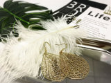 優雅なシンプルな設計の金カラー空の葉は女性の女性のためのイヤリングを去る
