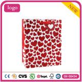 Las compras de la ropa del corazón del día de tarjeta del día de San Valentín calzan las bolsas de papel del regalo