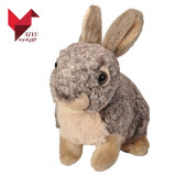 Brinquedo peludo cinzento realístico do coelho