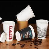 Tazze di tè di carta a gettare personalizzate del caffè isolate