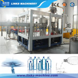 Máquina tampando do engarrafamento plástico da água