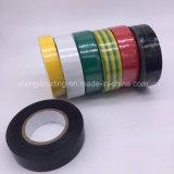 Verde eléctrico de la cinta del PVC con la raya amarilla aislada