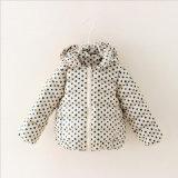 子供の着ることのための方法によって印刷される点の女の子のコート