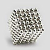 La persona agitada magnética de las bolas juega el juguete educativo del aprendizaje creativo de la escultura del imán
