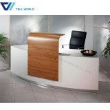 Стильным акриловым изогнутый офисом стол приема
