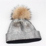 Beanie réel de chapeau de chapeau tricoté par POM de la fourrure POM de raton laveur de filles acryliques métalliques pourprées argentées de Skullies d'or (HW138)