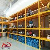 El tramo largo de almacén de estanterías de acero