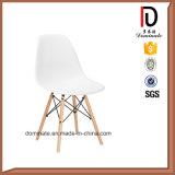 椅子のプラスチックDsrの椅子を食事する最新の流行の喫茶店
