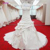 화려한 3D는 꽃이 피고 웨딩 드레스가 구슬로 만드는 보디스에 의하여 다중 주름을 잡는다