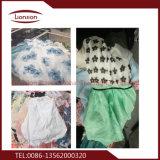 Vestuários da segunda mão exportados após a seleção estrita