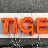 Petite lettre acrylique éclairée à contre-jour par DEL décorative utilisée par film publicitaire fait sur commande de lettres de la Manche