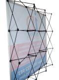 La bandiera elastica del tessuto schiocca in su il basamento di Diplay per la pubblicità di evento