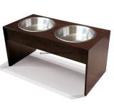 La insignia de encargo acabó el alimentador de madera de dos tazones de fuente para el gato del perro