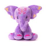 大きい耳を搭載するプラシ天そして詰められた象のおもちゃ