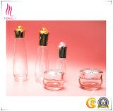 金または銀のふたが付いている整形明確なガラス瓶のびん