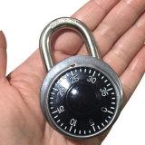 Cerradura combinada de acero inoxidable abierta con combinación y llave juntos