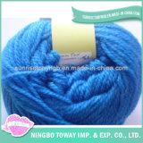 Sciarpa spessa nera di inverno DIY che lavora a maglia il filato di lana acrilico