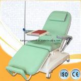 Presidenza paziente di anima di trasfusione di infusione della mobilia dell'ospedale con IV la presidenza attendente del Palo