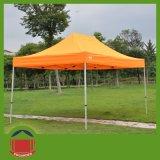 لون برتقاليّ يطوي [غزبو] خيمة