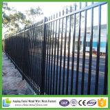 頑丈な防御フェンスのやりの上2.4m x 1.8mの黒いパネル