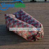 不精な男の子のソファーは空気ベッドの残りのための膨脹可能な寝袋を緩める