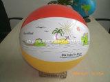 Надувной мяч на пляже