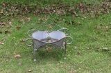 旧式な灰色の錬鉄の植木鉢の立場