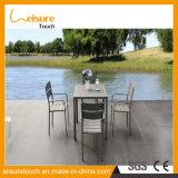 Goed het verkopen van Reeksen van de Eettafel van het Aluminium van de Tuin de OpenluchtMeubilair Geanodiseerde met de Plastic Houten Leunstoelen van de Staaf