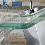Cascada de agua del grifo de la cuenca con marca de agua aprobado para el cuarto de baño