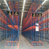 Uma pilha de paletes de aço pesado para armazenamento de armazém