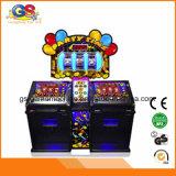 Buon americano di reddito che gioca la macchina elettronica di Bingo da vendere