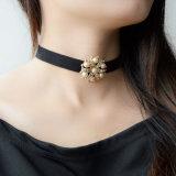 Pendente da flor do ouro com a colar de imitação de cristal do Choker do couro da pérola