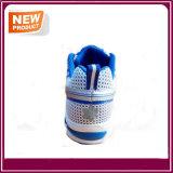 青いカラーの人の運動靴のスポーツの靴