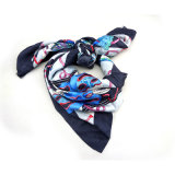 手によって転送囲まれるショールの女性のトルコの正方形のスカーフの卸売