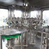 Bebida carbónica automática llena que bebe haciendo la máquina
