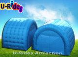 des Würfel-Standes der blauen aufblasbaren Luft nähendes kleines Zelt für Ereignis