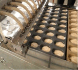 Fazendo o equipamento do bolo, dando forma à maquinaria do bolo, máquina de molde do bolo