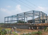 Dos del palmo edificios de la estructura de acero del ingeniero pre con la grúa