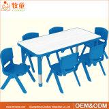 子供のための卸し売り就学前の託児所の家具の木製の子供の机そして椅子