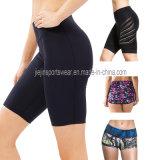 La forma fisica bassa di ginnastica di aumento delle donne mette in mostra gli Shorts dello Spandex di compressione