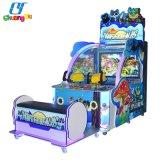球のアーケード・ゲーム機械を撃っている娯楽硬貨によって作動させる子供